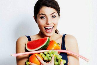 woman holding food e1525639580302 330x220 - ۹نکته مهم در مورد تغذیه که برای رسیدن به تناسباندام باید بدانید؟